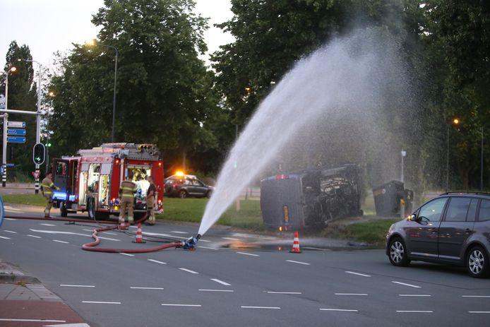 Met een waterkanon probeert de brandweer het gas 'neer te slaan'.