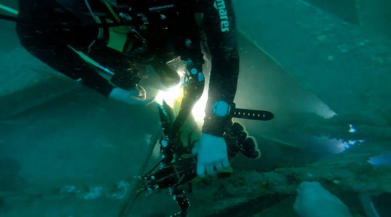 Duikers voeren een exploratieduik uit in een kunstmatig rif en plaatsen zendertjes bij kreeften.