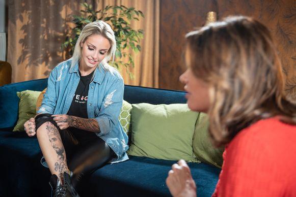 Pommeline toont haar nieuwe tatoeage aan Goedele Liekens.