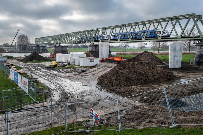 Men is druk bezig met de nieuwe fietsbrug in Mook op te bouwen. De eerste pilaren aan de Mookse kant waar de fietsbrug op komt te liggen, zijn al klaar.