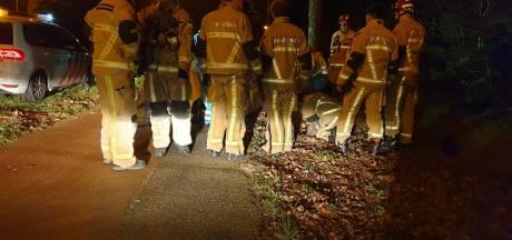 Man in sloot gevonden in Hengelo: brandweer nodig om hem eruit te halen