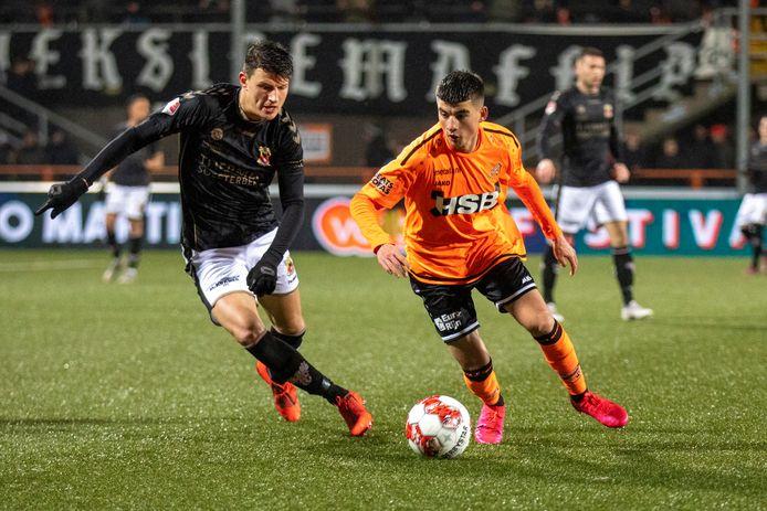 Jenthe Mertens (l) in duel met Ibrahim El Kadriri van FC Volendam
