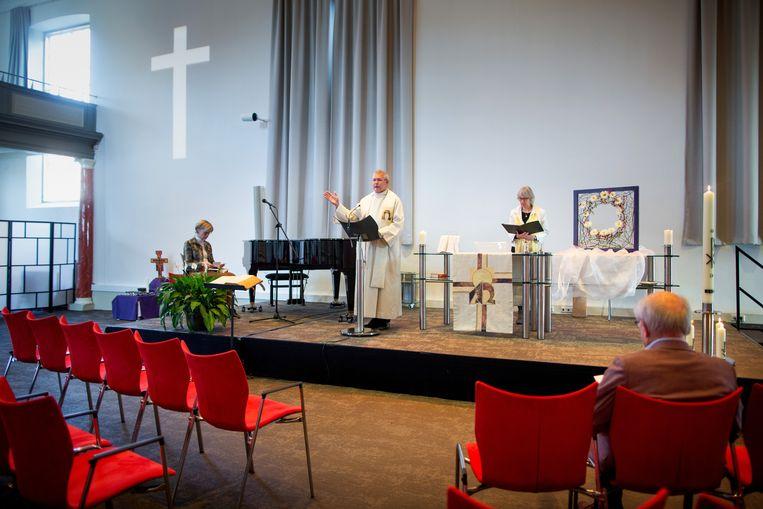 De Paasviering tijdens de coronacrisis in de Waterstaatkerk te Hengelo.  Beeld Herman Engbers