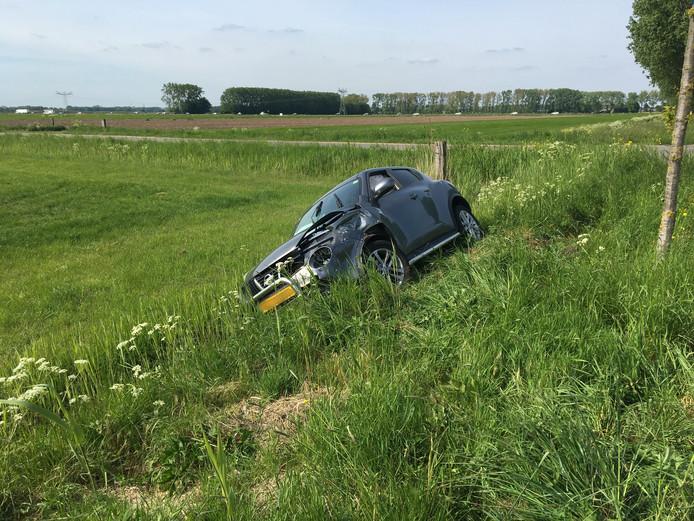 Een auto belandde in de sloot na een ongeluk in Winssen.
