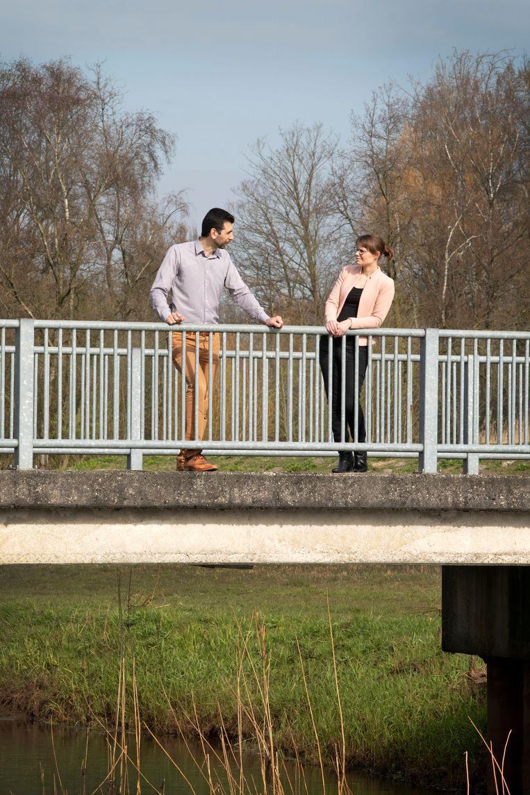 Geestelijk verzorger Mustafa Bulut en Marieke Schoenmakers tijdens een evaluatiegesprek in het Leijpark. Beeld Ton Toemen