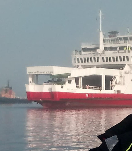 Veerboot ramt kleine jachten bij Isle of Wight