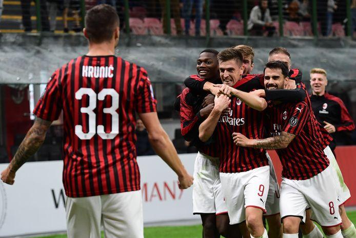 Vreugde bij de spelers van AC Milan na de winnende goal van Krzysztof Piatek.