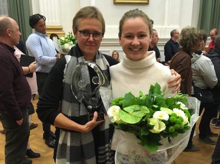 Triatlete Hanne Peeters en een fiere Mia Dobbeni, haar trainster en voorzitter van TRIBE.