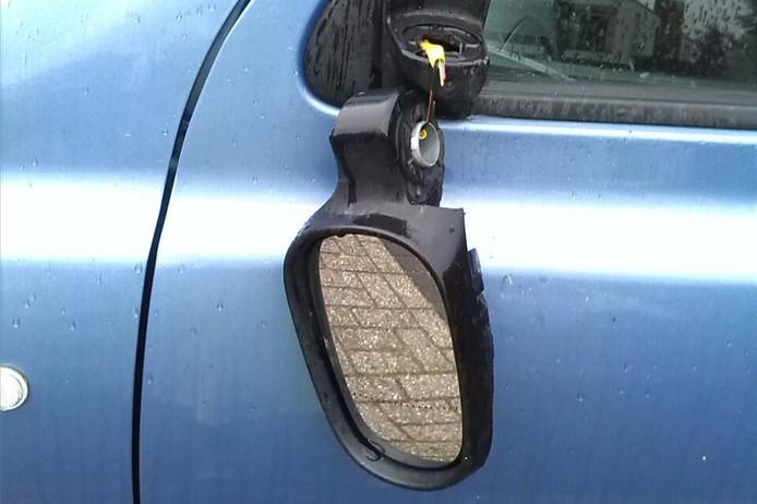 Vandalen hebben afgelopen nacht in Bilthoven en Maartensdijk diverse autospiegels kapot getrapt.
