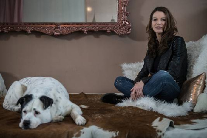 Corina Berendsen met haar hond Julia, waarvoor ze eerder al een nieuw baasje zocht.
