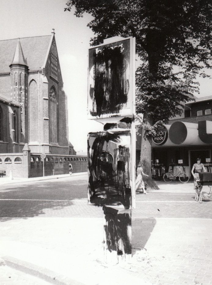 Wat was dat toch in Deurne, toen in 1980? Net als veel andere plaatsen kreeg de gemeente plattegronden in het straatbeeld met behulp waarvan de vreemdeling zich gemakkelijker kon oriënteren. Maar wat nergens anders aan de orde was, gebeurde te Deurne. De zuilen met plattegronden - en verder veel reclameuitingen - leken spontaan in vlammen op te gaan. Het bleek te gaan om een vlammend protest van anarchistische elementen tegen toenemende commercie. De politie kreeg er nooit vat op en de zuilen verdwenen weer uit het straatbeeld.