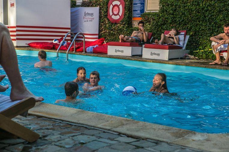 Een frisse duik in het zwembad van Novotel.