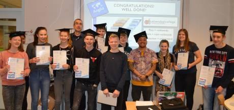 Pechvogels Elzendaalcollege krijgen na verlies door PostNL alsnog hun Anglia-diploma