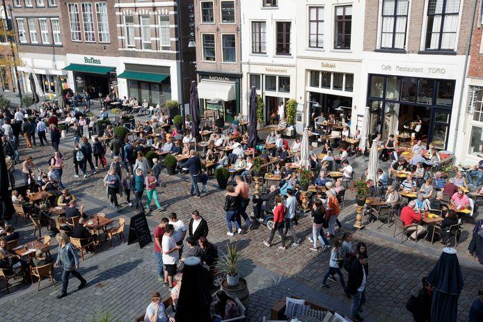 De terrassen op de Groenmarkt op een mooie dag in september 2017. Deze drukte moet in deze coronatijd voorkomen worden en daarom stellen de gemeente Zutphen en ondernemers gezamenlijk sfeerregelaars aan.