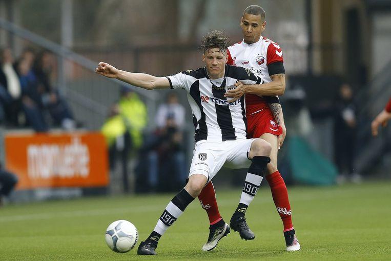 Wout Weghorst (l) met FC Utrecht speler Ramon Leeuwin in zijn rug. Beeld anp