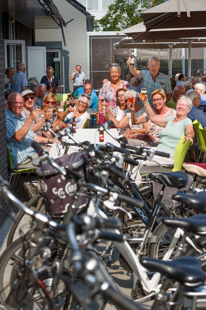Voor corona was het vaak al een vrolijke, drukke boel in en rondom wijkgebouw De Linde. De bezoekersstroom naar dit en andere buurthuizen in Etten-Leur neemt toe, terwijl het aantal medewerkers toezicht en beheer afneemt. Chaos wordt voorspeld.