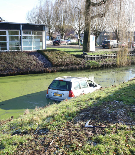 Man en vrouw in auto te water in Beesd