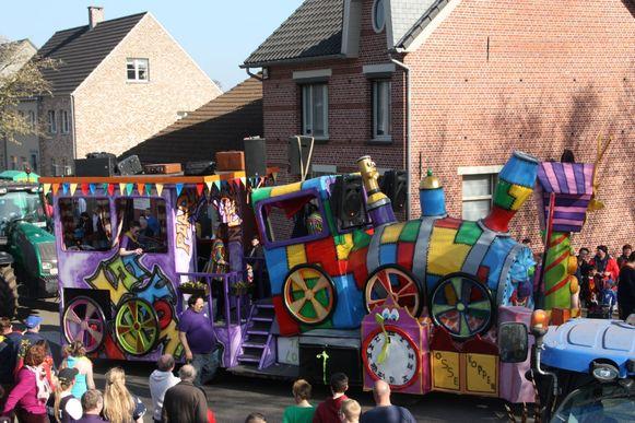 De carnavalstoet in Wortel lokt ieder jaar vele kijklustigen.