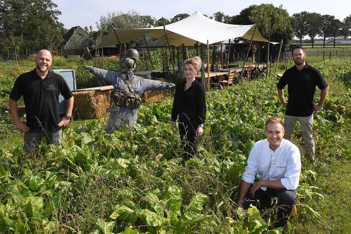 Freek en Job Albers leiden An 't Hoag, Janne Wolfs werkte Gar-dining uit en kok Martijn ten Brinke (zittend) maakt de gerechten.