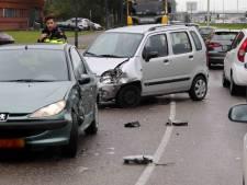 Drie auto's botsen tegen elkaar in Waalwijk