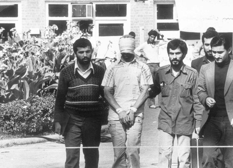 Iraanse studenten tonen in november 1979 een van hun gijzelaars aan de Amerikaanse ambassade in Teheran.