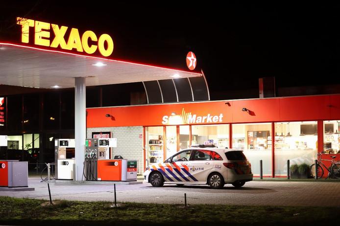 De politie doet onderzoek bij het tankstation in Raalte. Het is niet bekend of de overval op het tankstation plaatsvond of dat hier beelden alleen worden opgevraagd.