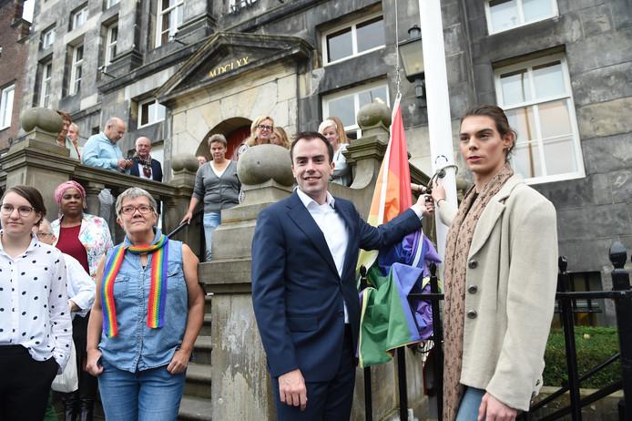 Wethouder Mike van der Geld (links met vlag in hand) bij het hijsen van de regenboogvlag bij het stadhuis in Den Bosch.