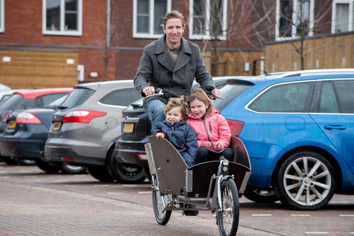 Fietsprofessor Marco te Brommel met zijn kinderen in de bakfiets in Ede.