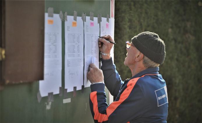 Jan Leewes van CHRC houdt de standen bij.