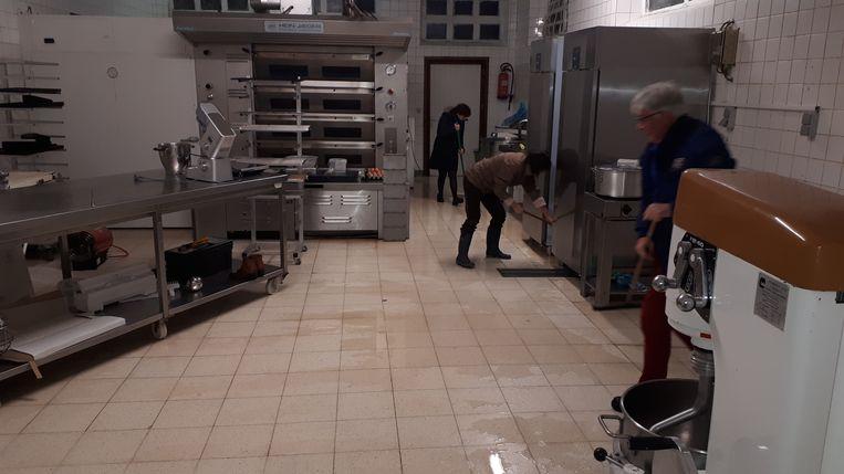 De bakkerij Van Dorpe onder water in Sint-Lievens-Houtem.