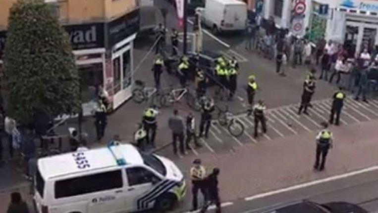 Twee politieagenten van het fietsteam wilden op 1 september 2017 een vrouw arresteren nadat ze gevaarlijk rijgedrag had vertoond.