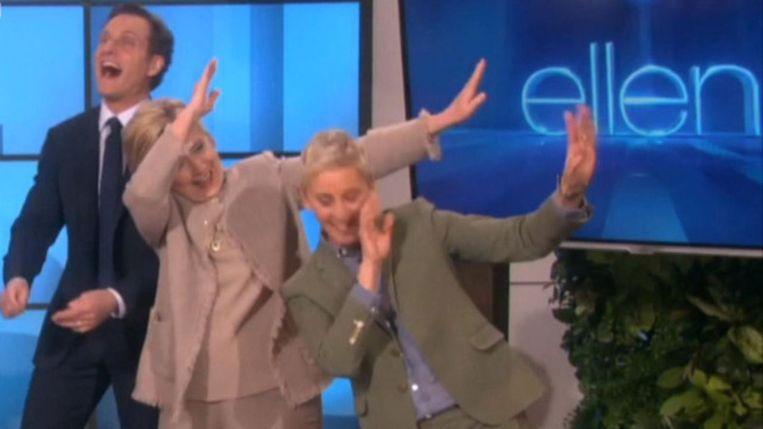 Hillary Clinton doet de 'Dab', het dansje van Cam Newton, in de talkshow van Ellen DeGeneres. Beeld