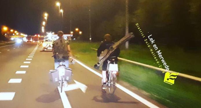 Vissers fietsen op de A15 bij Hardinxveld-Giessendam.