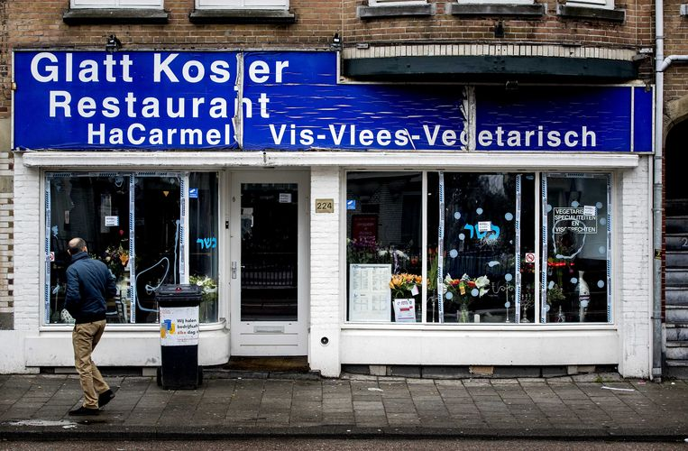 Een raam van het Joodse restaurant Hacarmel aan de Amstelveenseweg in Amsterdam werd in 2017 ingegooid. Beeld ANP