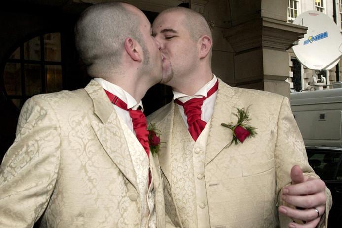 Twee geliefden bezegelen hun huwelijk met een kus.