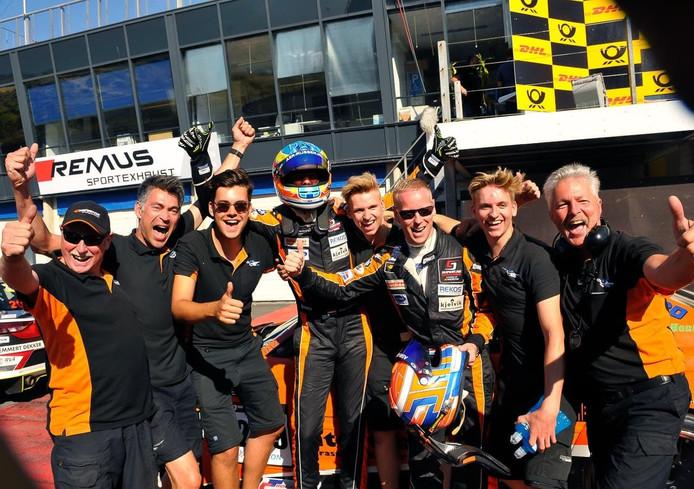 Vreugde bij het Rijssense BS Racing Team dat zondag knap derde werd en daarmee een plekje op het podium veroverde.
