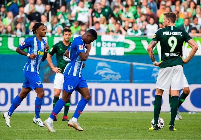Javairo Dilrosun (m) viert zijn eerste goal voor Hertha BSC. Wout Weghorst (r) baalt.