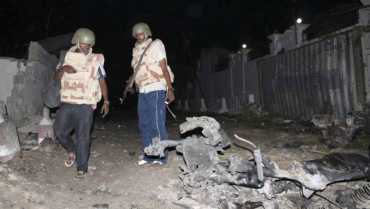 Politie onderzoekt de plek waar twee autobommen ontploften.