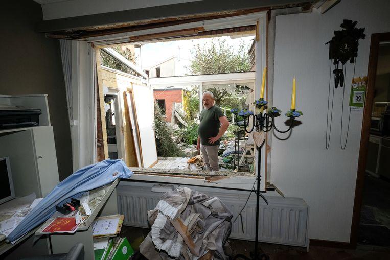 Buren meten de schade op na de zware ontploffing.