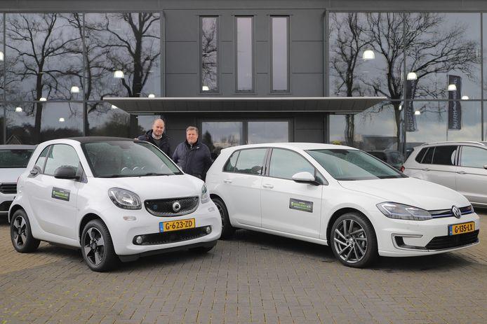 AutoHaarhuis uit Geesteren en Almelo stelt met de actie #Zorgheldenauto gratis voertuigen beschikbaar aan Twentse zorgmedewerkers. Links Martijn te Wierik, rechts Gerard Haarhuis.