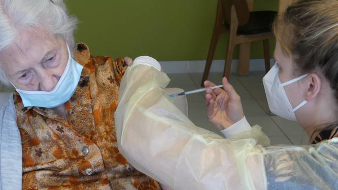 """Eerste coronavaccins toegediend in rusthuizen Melle: """"Een bevrijding"""""""