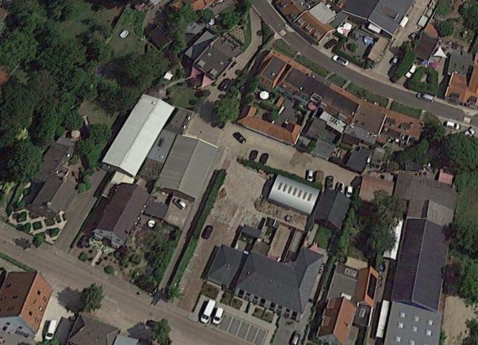 Ter hoogte van het witte dak loopt het Jeneverdammetje. Op de voorgrond de woningen die zijn gebouwd op de plek waar de brandweerkazerne stond.