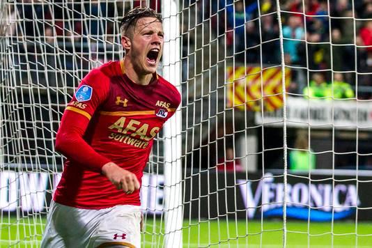 Wout Weghorst loopt juichend weg nadat hij AZ op 3-1 heeft gezet tegen Willem II.
