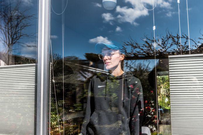 Anri Boelhouwers kampt met een stoornis waardoor ze niet naar buiten durft. Ze zit al anderhalf jaar thuis.
