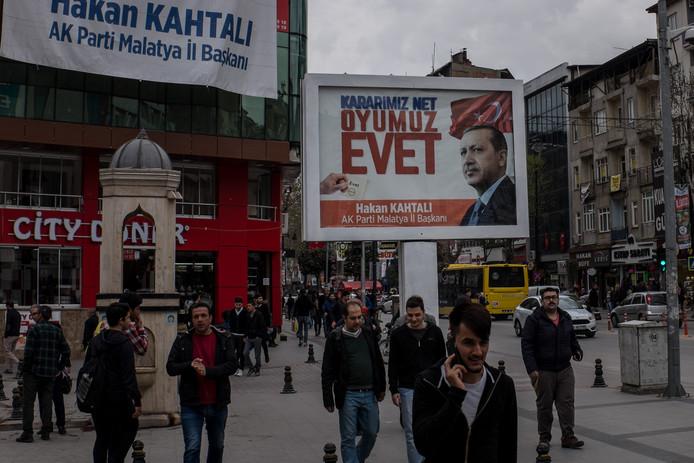 Een poster van het 'ja-kamp' voor het referendum in Turkije.