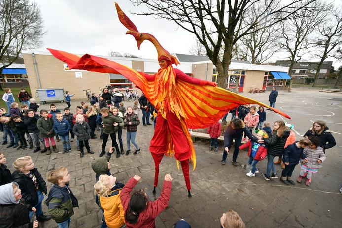 Steltlopende kunstenaarsgroep Vreemde Vogels op het schoolplein van basisschool 't Schöppert (Tgv open dag van school).