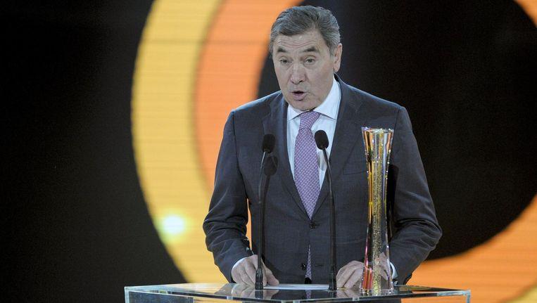 Wielergrootheid Eddy Merckx fladdert van de ene uitreiking naar de andere. Vorige week mocht hij zelf een prijs overhandigen, nu viel hij zelf in de prijzen.