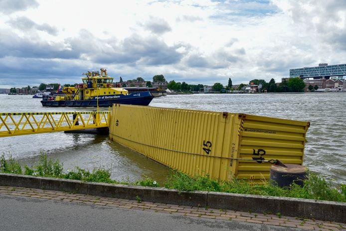 De containers zijn naar de kades gehaald.