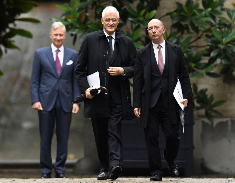 Geert Bourgeois en Rudy Demotte, de gentlemen van PS en N-VA. Met hun paraplu en regenjas bij de koning leken ze haast op Jansen en Janssen uit 'Kuifje' - alleen de bolhoed ontbrak.