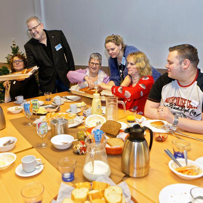 Zevenbergen - 02-01-2020 - Pix4Profs / Johan Wouters - Lunch van Meer Moerdijk in Het Trefpunt in Zevenbergen, met links staand organisator Peter Geleijns.